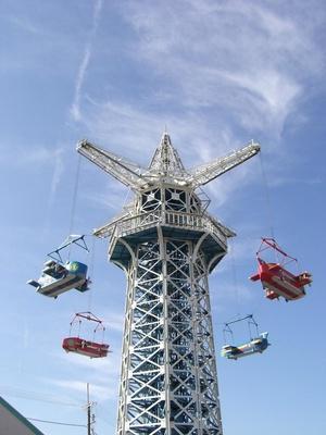 開園当時からある生駒山上遊園地のシンボルで、現存する日本最古の大型遊具である「飛行塔」。1回税込500円