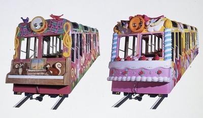 宝山寺駅と生駒山上駅間を結ぶ車両はファンシーなデザイン。オルガン型ケーブル「ドレミ」(左)とケーキ型ケーブル「スイート」(右)