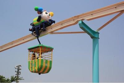 風船を持ったかわいいパンダが空中散歩に連れて行ってくれる「ぷかぷかパンダ」。1回税込400円