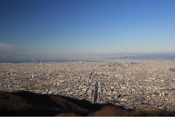 大阪平野を北から南まで一望できる