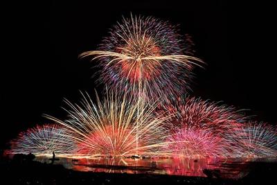打ち上げ花火が湖上に映る、優美な光景は感動必至!「諏訪湖全国新作花火競技大会」