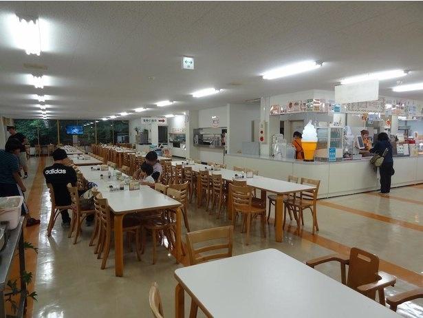 白鳥池の横にある「食堂 バクバク」。営業時間は10時30分から15時30分(LO15時)