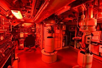 艦長室に入る体験は超貴重!潜水艦は潜航すると昼夜の区別がつかなくなるため、夜間は画像のように赤灯となるそう