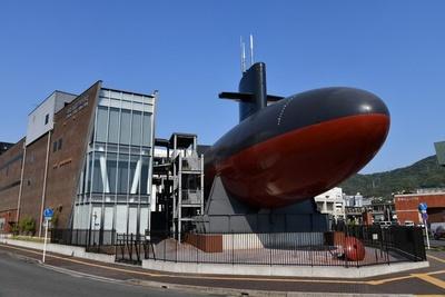 海上自衛隊呉史料館(てつのくじら館)の外観。かつて海の中で活躍していた潜水艦は見上げるほど大きい
