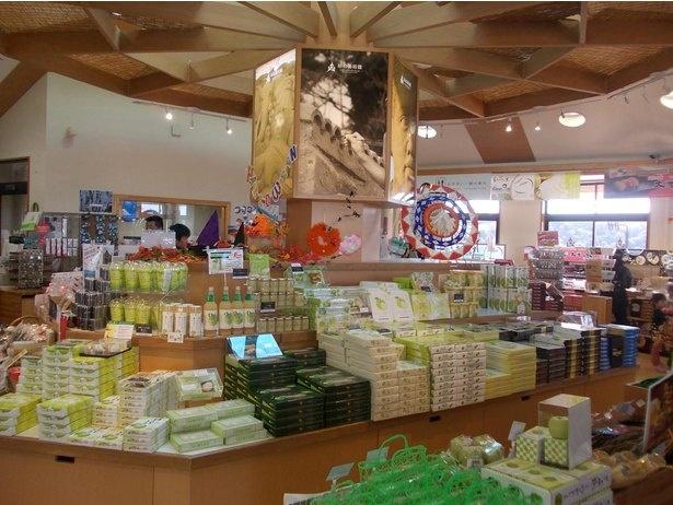 美術館前売店には鳥取ならではのお土産がずらり。鑑賞後に立ち寄ってみよう