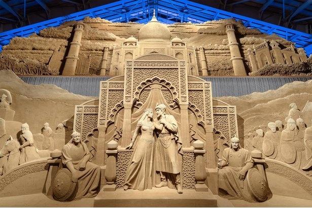 「砂の美術館」では迫力ある砂像が展示されている。材料は砂と水のみ(画像は2019年第12期のもの)