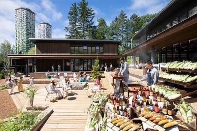 2018年4月18日から夏季営業が開始され、全長160メートルのウッドデッキに飲食店が立ち並ぶ