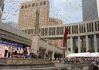 【写真を見る】都庁・都民広場にはなでしこジャパンを一目見ようと多くの人が詰めかけた