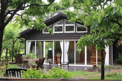 「アウトドアライフ指向の庭」は山小屋風の家をイメージ