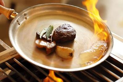 【写真】神戸ビーフのフィレ肉をを目の前で豪快にフランベしてくれる