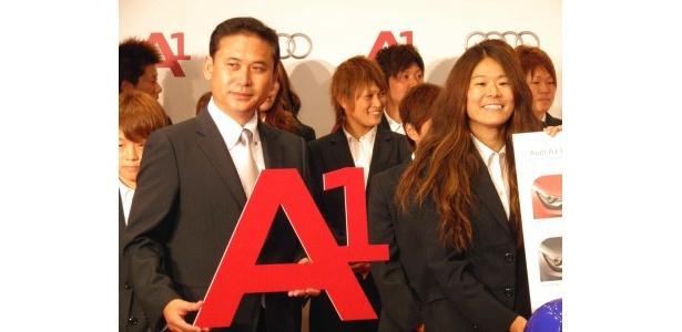 アウディジャパン株式会社より車両を贈呈された佐々木監督と澤選手らなでしこジャパンのメンバー