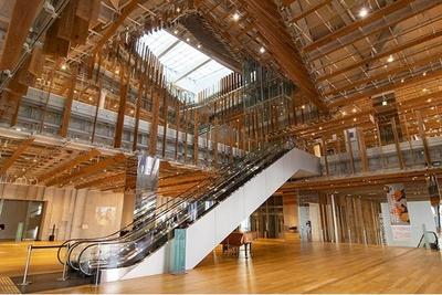 2階から6階までを斜めに貫く吹き抜けが圧巻。富山県産の杉を使ったルーバーが多用された斬新なデザイン