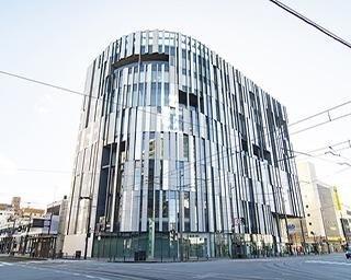 富山市ガラス美術館で最先端のガラスアートを楽しむ!人気カフェなどの多彩な魅力も紹介