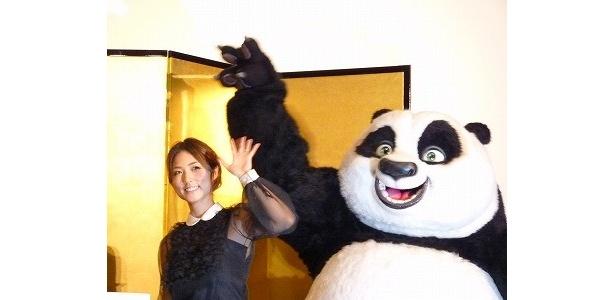 『カンフー・パンダ2』初日舞台挨拶に登場したMEGUMIとポー