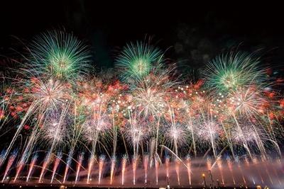 【写真】日本最高峰の花火師の競演と大迫力のワイドスターマインは必見!