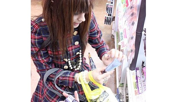 【画像】化粧品の使用方法をレクチャーする主催者!