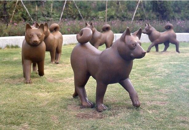 薮内佐斗司(やぶうちさとし)1993年制作。秋田犬をモチーフに、子供が乗ることを考えた遊び心あふれる作品