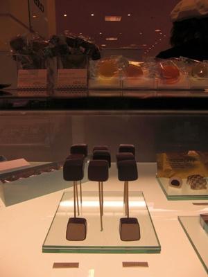 ブロッシェ・キューブ¥231 バニラビーンズが入ったギモーヴをヴァローナ社のチョコでコーティング