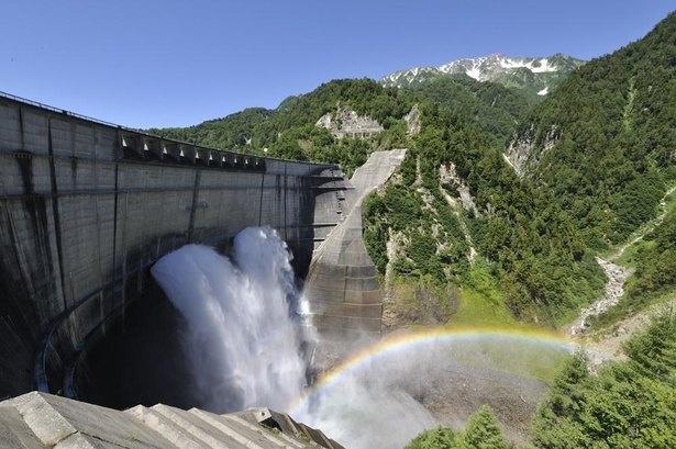 豪快な観光放水は6月下旬から10月中旬にかけて行われる