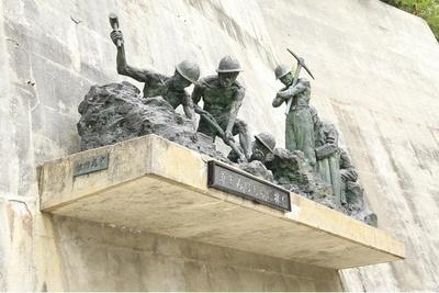 171名の殉職者の慰霊碑も建つ