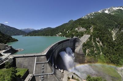 壮大な歴史と景観を誇るアーチ式の黒部ダム