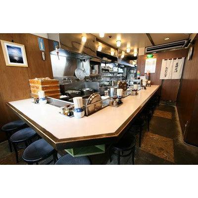 【たんたん亭】カウンターのみの店内は見通しのよいオープンキッチンで、作業する職人の手元が見え安心感がある