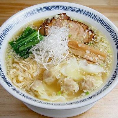 【中華そば てんくう】「ワンタンメン(塩)」(¥780)。塩ラーメンのトッピングには珍しい油揚げが。ワンタン麺には、ジューシーな肉餡を皮で包んだ肉ワンタンが4つのる