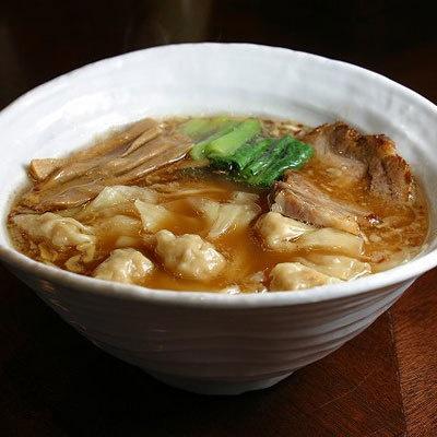 【うさぎ】「ワンタンメン」(¥880)。古式醤油を使用し、醤油本来の持つキレと深みがまろやかなスープと一体化。ちゅるいんとした肉ワンタンなども絶品
