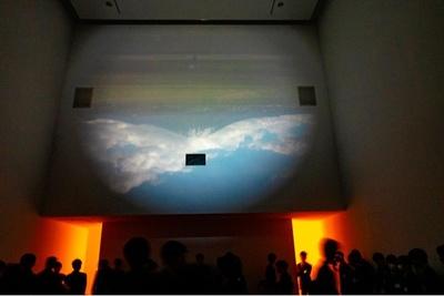 映像展示室で見る「逆さ大山」