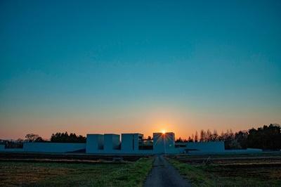 大山側から見た夕暮れどきの植田正治写真美術館