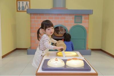 「パンこうじょうのおか」でパン作りに挑戦。うまくできるかな?