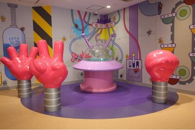 「バイキンUFO」。UFOの周りにはグー・チョキ・パーのふわふわの手がニョキニョキ