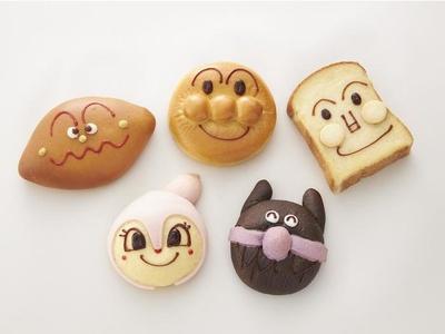 アンパンマンの仲間たちのキャラクターパン(1個税込330円~)が勢ぞろい。かわいくて食べるのがもったいない!