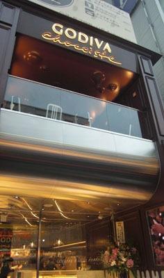 外観もチョコっぽい!2階席は日本初のカフェ・スペース