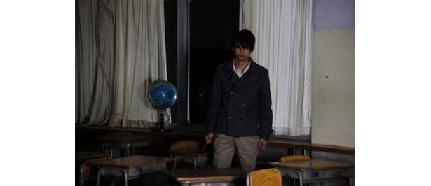 野島は久しぶりに廃校となった母校にやって来るのだが