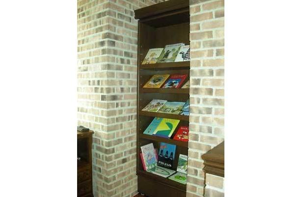 一見普通の本棚だが…