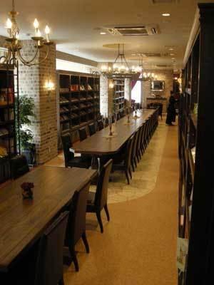 長いテーブルは、屋敷の図書室を思わせる