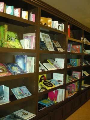 館内はおもしろ絵本やなつかし絵本でいっぱい