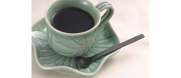 ロータスリーフをモチーフにデザインされたジェンガラLOTUSカップ&ソーサー