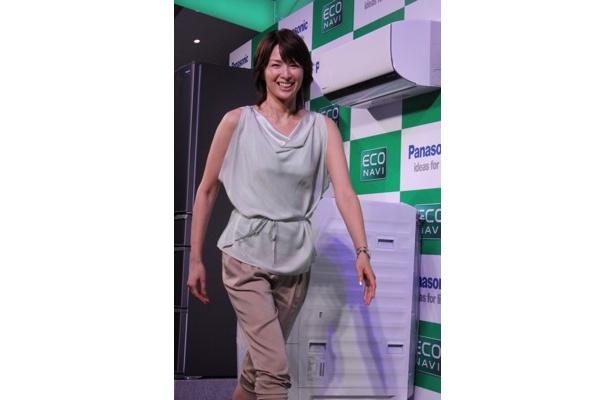 「エコナビ」新製品発表会に吉瀬美智子さんが登場