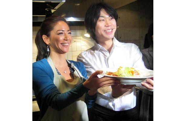 こうちゃんとゲストのモデル・真木明子さんが作った「レタスとシュリンプの豆乳マヨサラダスパ」は最高!