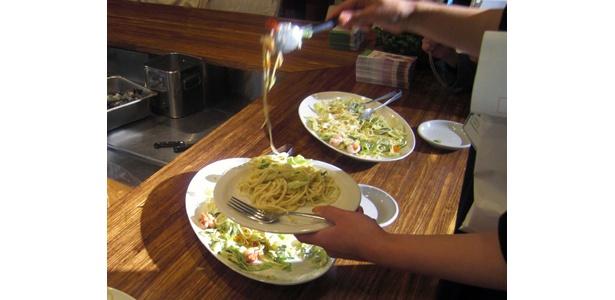 ゲストに振舞われた「レタスとシュリンプの豆乳マヨサラダスパ」。あっという間に完食!