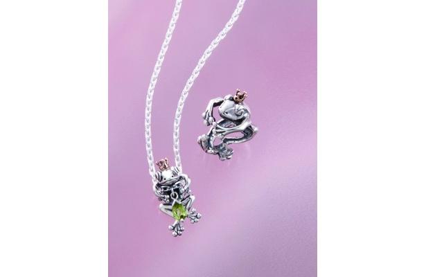 蛙の王様リング¥16,590(右)、蛙の王様ペンダントとペリドットのチャームトップのセット¥27,300※ペリドットのチャームは取り外し可能