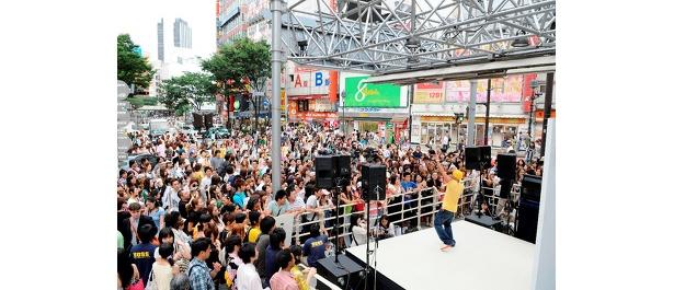 大盛り上がり! 渋谷の109ビル前特設ステージ