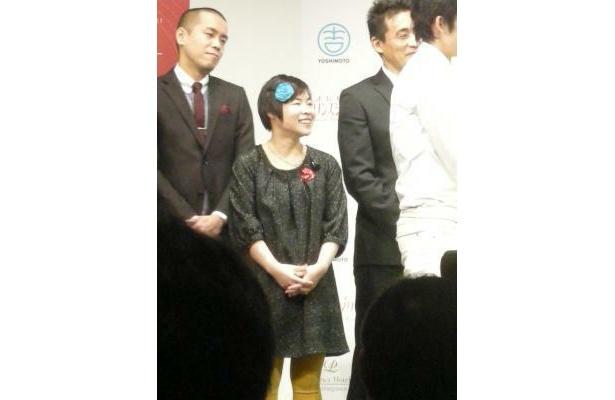 彼氏からネックレスをもらったという山田花子はオシャレな服装で登場