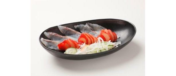 刺身とイチゴの不思議な組み合わせ。沼津魚がし鮨の「白身といちごのカルパッチョ風」(980円)