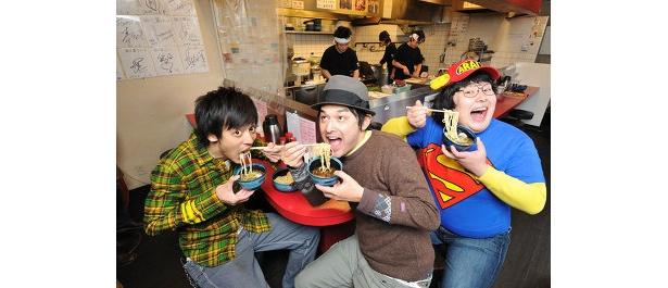 シャンプーハット・てつじ(中央)、とろサーモン村田(左)、ガリガリクソン(右)などで構成される、フリー麺ソン