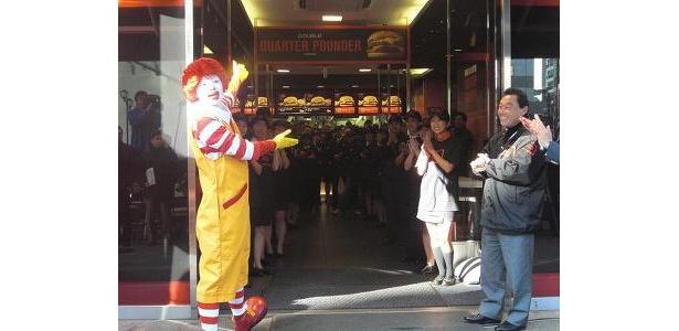 除幕式直後。入口には店員がズラリ