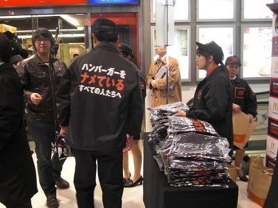 セット購入者にはメッセージTシャツが配られた