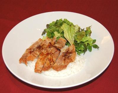 Hana Cafeで食べられる「ほのかにホットなダブルジンジャーポークソテー」(1200円)。しょうがは代謝を促す効果も